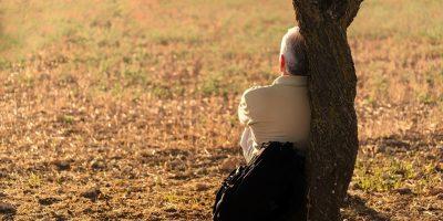 mężczyzna pod drzewem