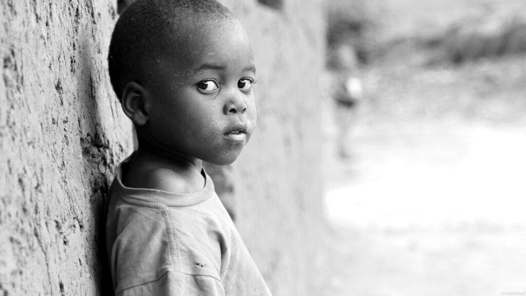 Chłopiec czekający na rodziców