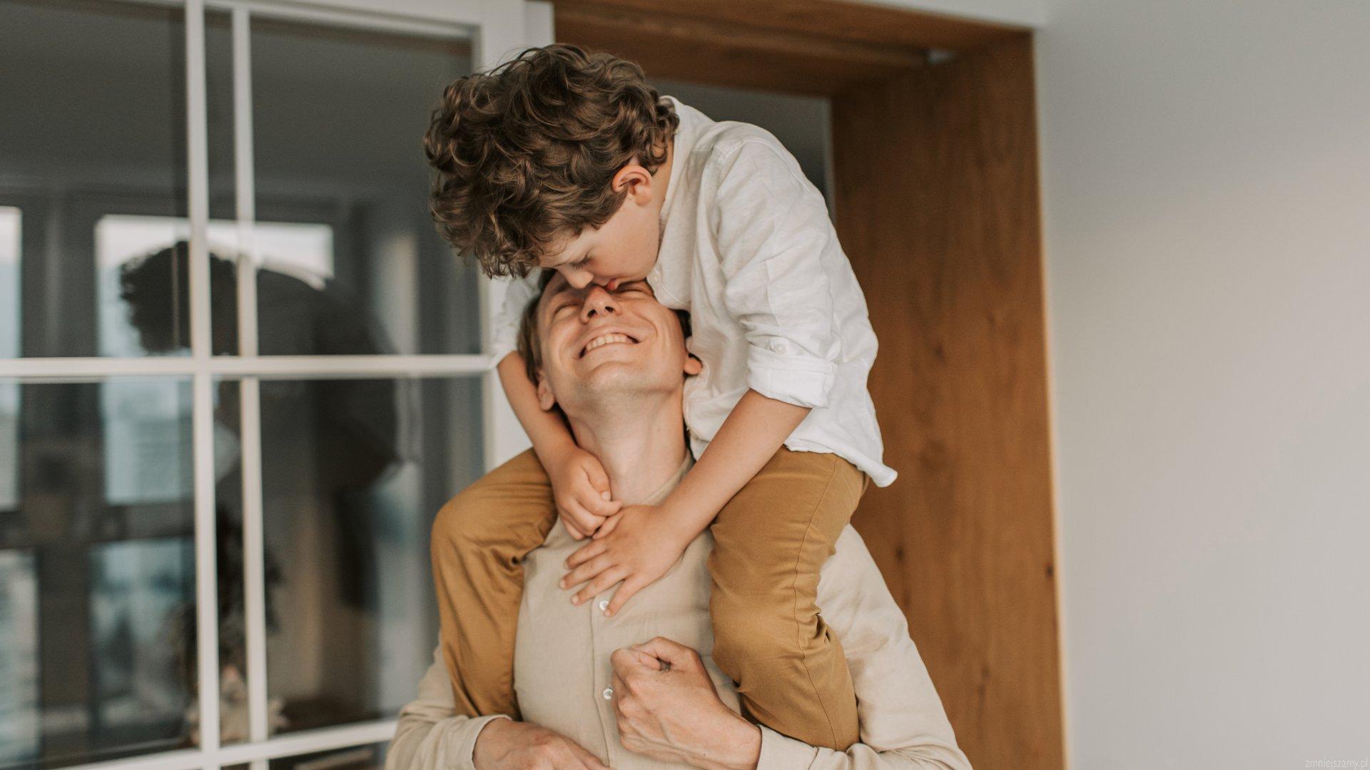 Ojcciec aktywnie spędza czas z synem